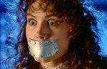 Geena Davis com a boca pregada em Os Fantasmas se divertem (Beetlejuice), de Tim Burton.